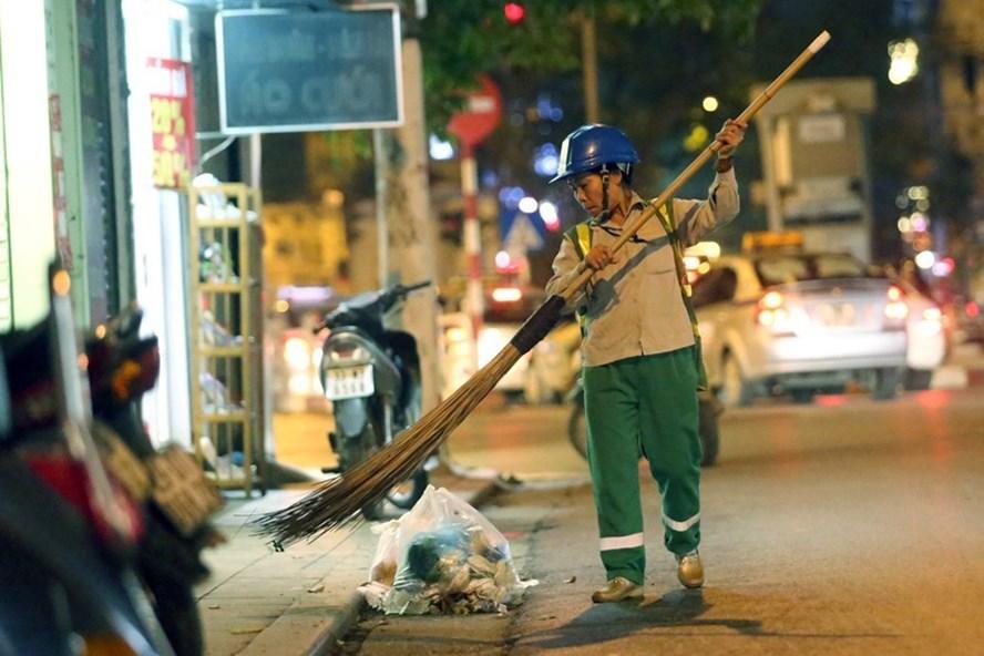 Nhiều công nhân lao động ngày hàng vẫn thầm lặng giữ gìn sạch đẹp đường phố, môi trường. Ảnh: PV