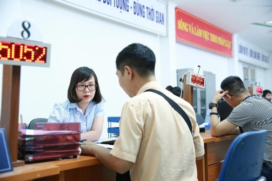 Cán bộ Sở LĐTBXH TP.Hà Nội hướng dẫn người lao động làm thủ tục hưởng trợ cấp BHXH. Ảnh minh họa: HẢI NGUYỄN