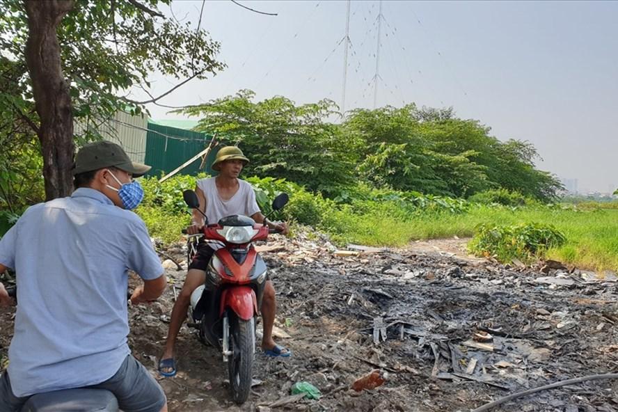 Rác thải nguy hại tiếp tục bị đổ trộm trên tuyến đường gom Đại lộ Thăng Long gây lo lắng cho người dân. Ảnh: Tùng Giang