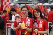 """CĐV tuyển Việt Nam """"nhuộm đỏ"""" sân Thammasat trong trận đại chiến với Thái Lan"""