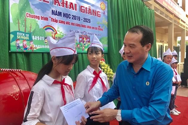 Đồng chí Ngô Biên Cương, Phó Chủ tịch Thường trực Liên đoàn Lao động tỉnh Bắc Giang trao học bổng cho các em học sinh.
