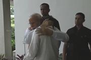 Nhà khoa học khóc trên vai Thủ tướng Ấn Độ sau khi đổ bộ Mặt trăng thất bại