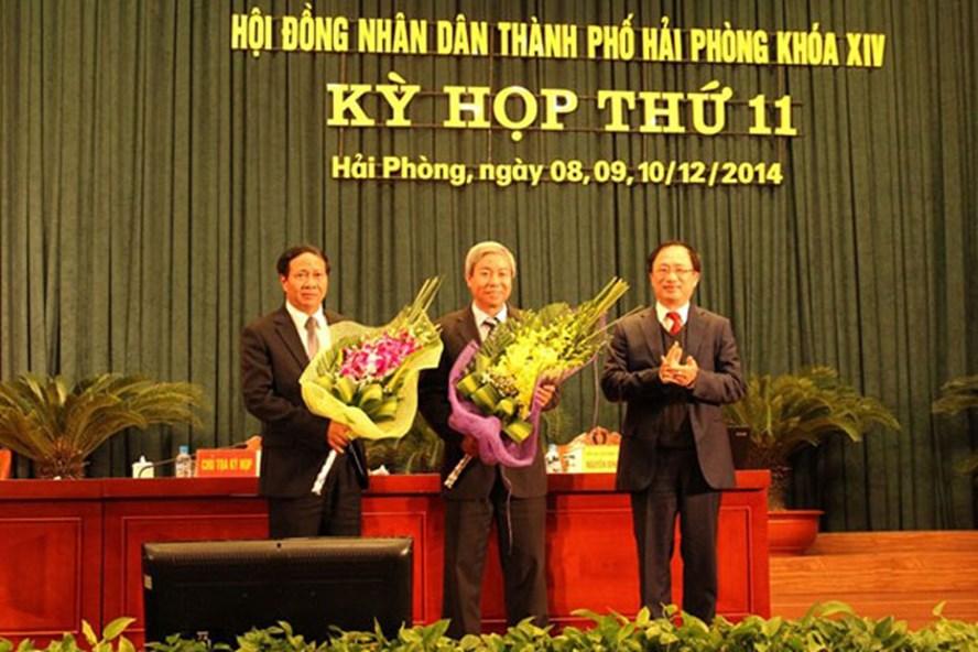 Tân chủ tịch HĐND và chủ tịch UBND TP Hải Phòng nhận hoa chúc mừng