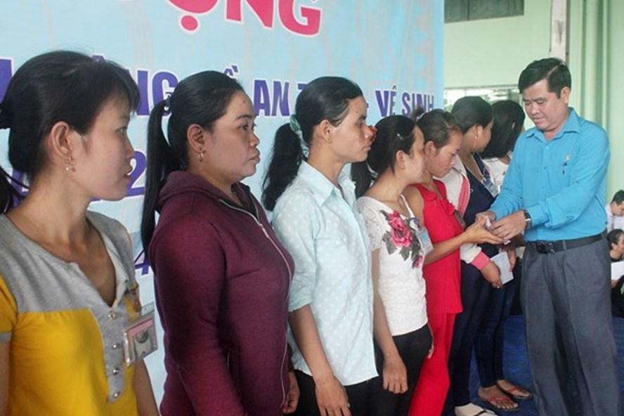 Chủ tịch LĐLĐ Trà Vinh Nguyễn Văn Long trao quà cho công nhân lao động. (Ảnh: TR.L)