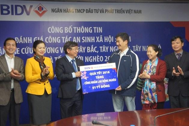 """BIDV trao tặng 1 tỉ đồng tới chương trình """"Tết sum vầy"""" của Tổng LĐLĐVN"""