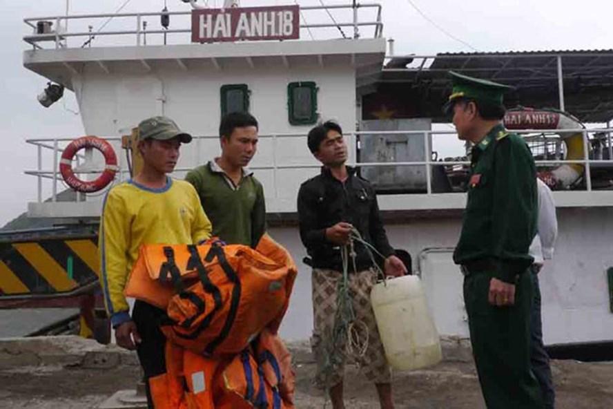 Tháng 2 vừa qua, 5 ngư dân Quảng Nam bị nạn trên biển may mắn được cứu sống. Ảnh: BĐBP