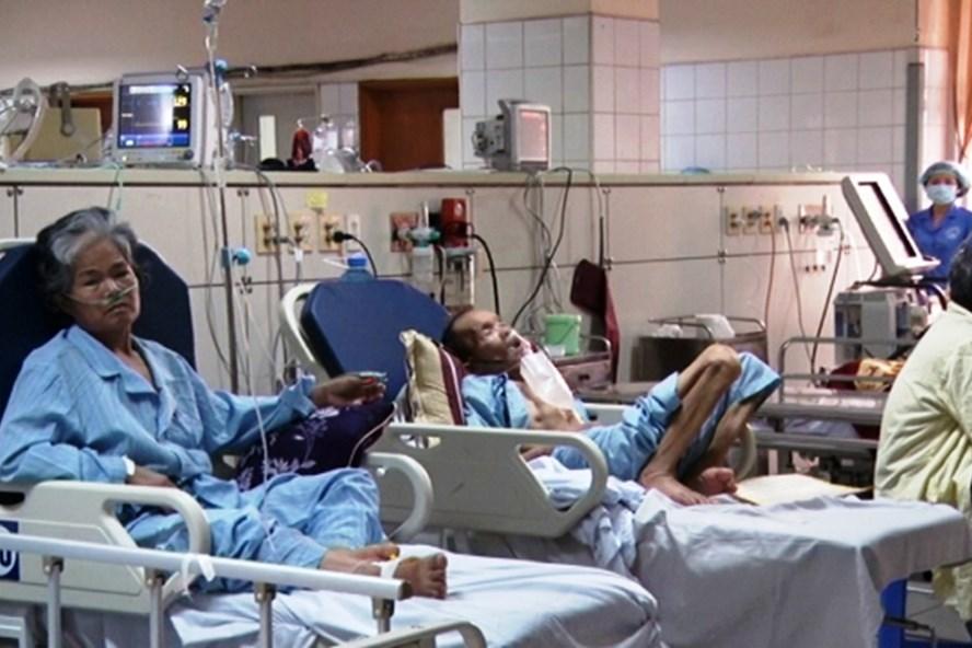 Bệnh nhân gặp sự cố được chuyển đi BV Bạch Mai cấp cứu ngay trong đêm qua. Ảnh: PV