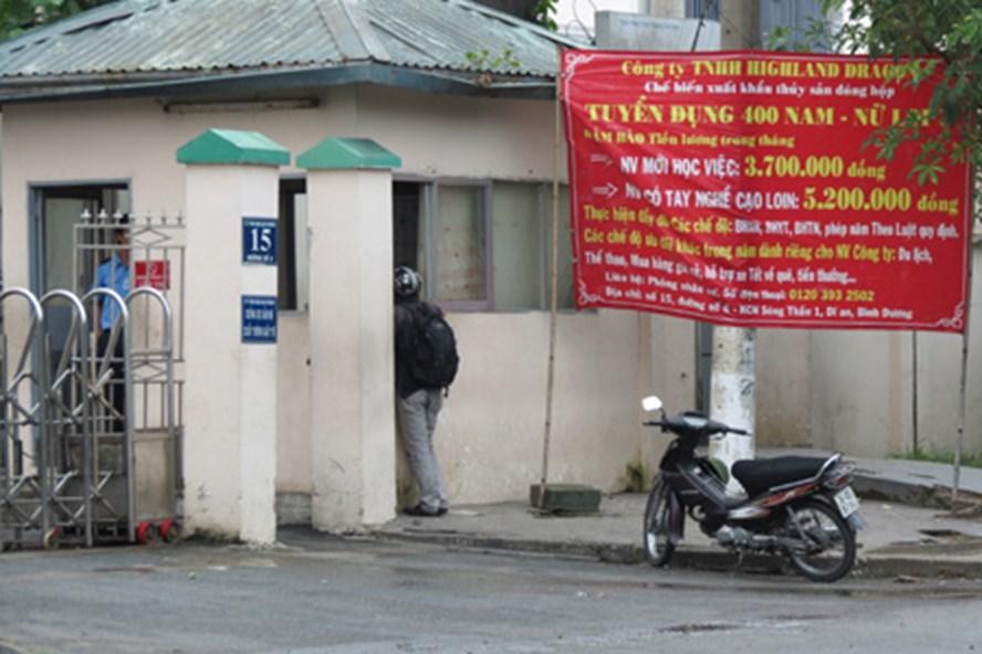 Mặc dù treo biển tuyển dụng 400 lao động nam, nữ, nhưng công ty này vẫn không nhận lao động các tỉnh Nghệ An - Thanh Hóa - Hà Tĩnh - Quảng Bình. Ảnh: L.T