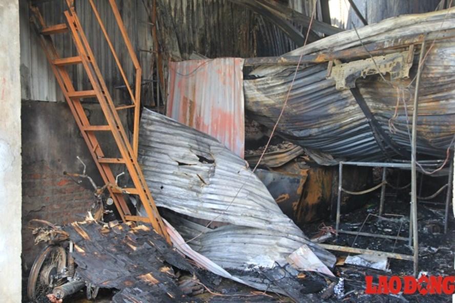 Nơi xảy ra cháy là một nhà xưởng chuyên sản xuất bánh gato, do có nhiều hộp xốp, bìa các tông nên ngọn lửa bén nhanh khiến mọi người không kịp trở tay. Ảnh: C.N