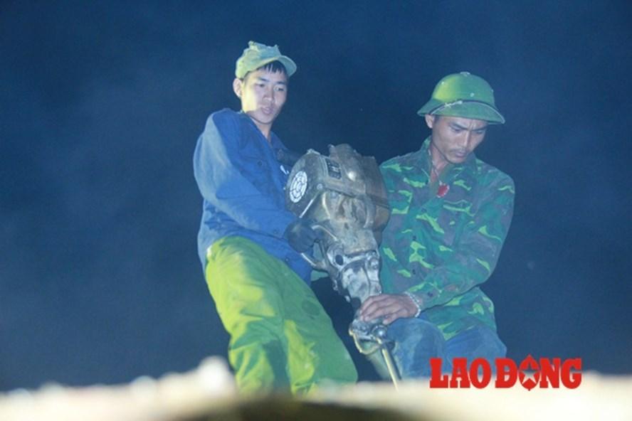 Trắng đêm cứu hộ cứu nạn ở huyện Mù Căng Chải. Ảnh: Cường Ngô