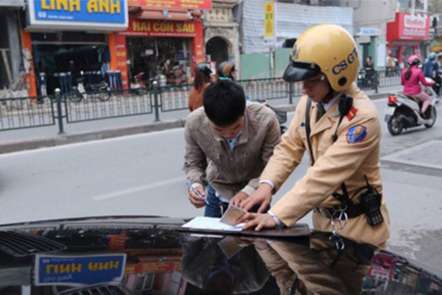 Cảnh sát giao thông TP.Hà Nội xử phạt lái xe vi phạm. Ảnh: Hải Nguyễn