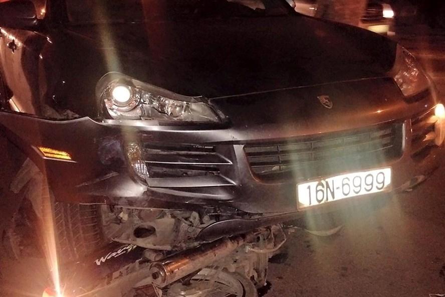 Chiếc xe chỉ dừng lại khi cuốn một xe máy vào gầm - Ảnh CTV