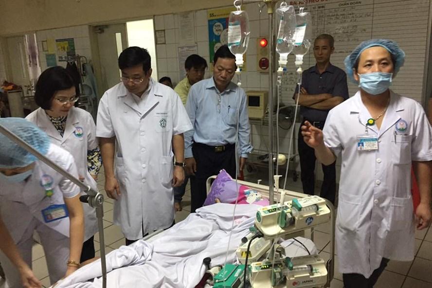 Bác sĩ Bệnh viện Đa khoa Hoà Bình điều trị cho những bệnh nhân chạy thận gặp sự cố. Ảnh: PV