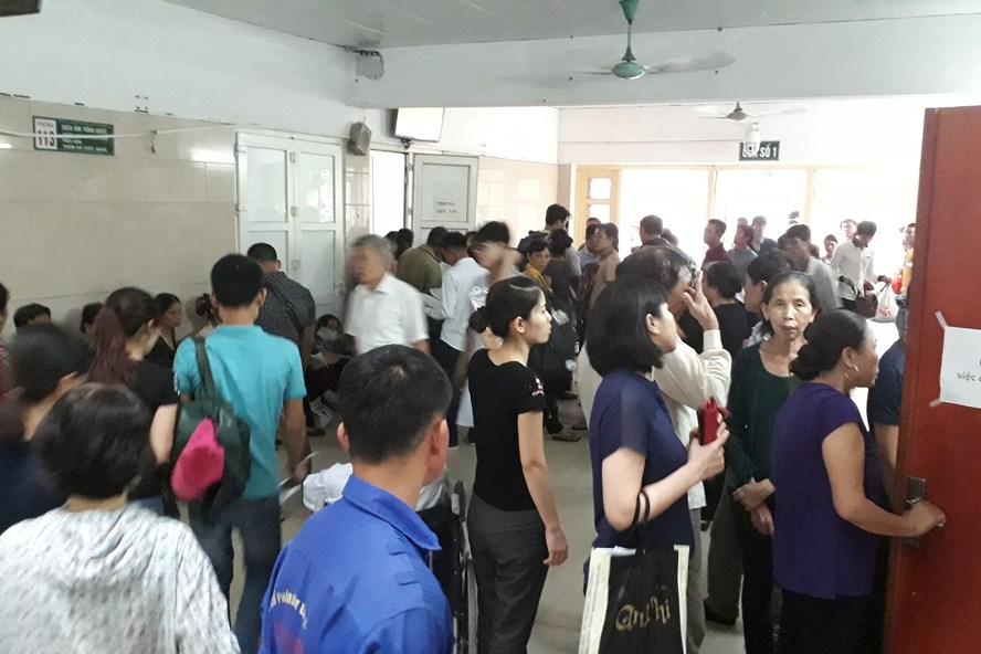 Chờ đợi xếp sổ là hình ảnh đầu tiên bắt gặp tại Khu Khám bệnh, BV Bạch Mai. Ảnh: LH