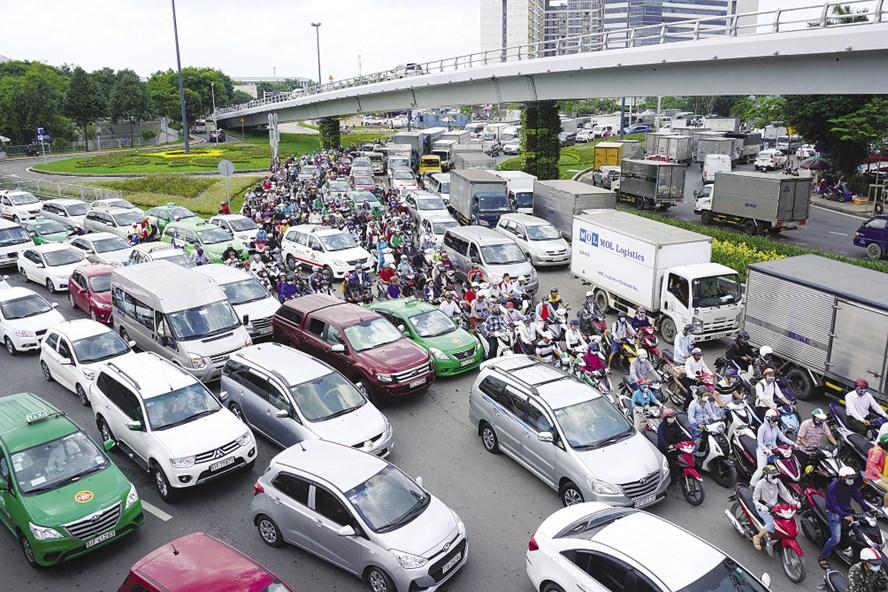 Lượng xe đưa vào lưu thông tăng vọt, trong khi cơ sở hạ tầng được xây dựng mới chưa đáp ứng. Trong ảnh, cầu vượt trước sân bay Tân Sơn Nhất vừa đưa vào sử dụng đã bất lực trước kẹt xe hơn 5 giờ ngày 20.7. Ảnh: MINH QUÂN