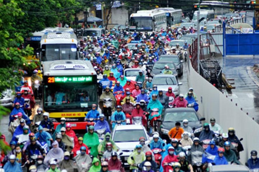 Một số người dân còn cho rằng, trước khi đề xuất hạn chế xe máy, cần phải xem xét đến quy hoạch, hạ tầng giao thông, ý thức giao thông, thay thế xe máy bằng xe gì, trong bao lâu, với tình hình thực tế ở Hà Nội thì có được hay không? Ảnh: CAO NGUYÊN